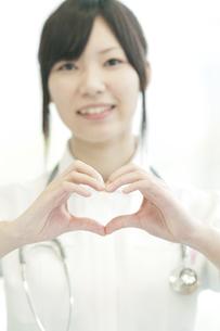 手を合わせハートを作る看護師の写真素材 [FYI04543440]
