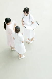 ミーティングをする看護師の写真素材 [FYI04543442]