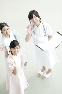 上を見上げる看護師の写真素材 [FYI04543443]