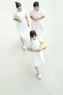 病院ロビーを歩く看護師の写真素材 [FYI04543447]