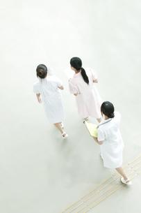 病院ロビーを歩く看護師の写真素材 [FYI04543448]