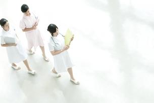 病院ロビーを歩く看護師の写真素材 [FYI04543451]