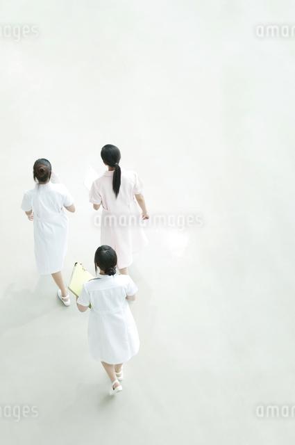 病院ロビーを歩く看護師の写真素材 [FYI04543452]