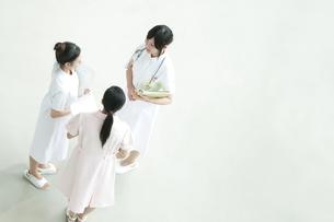 ミーティングをする看護師の写真素材 [FYI04543458]