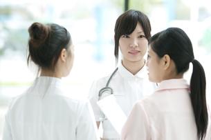 ミーティングをする看護師の写真素材 [FYI04543466]
