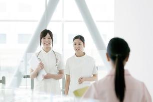 病院ロビーを歩く看護師の写真素材 [FYI04543477]
