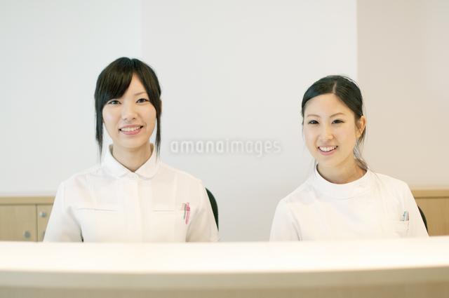 受付で微笑む2人の女性の写真素材 [FYI04543486]