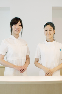 受付で微笑む2人の女性の写真素材 [FYI04543487]