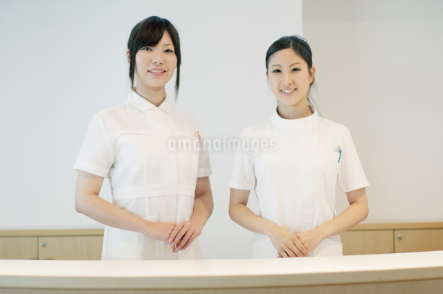 受付で微笑む2人の女性の写真素材 [FYI04543488]