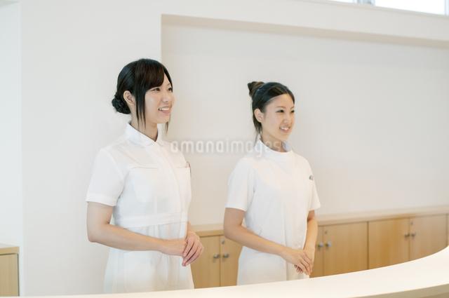 受付で微笑む2人の女性の写真素材 [FYI04543496]