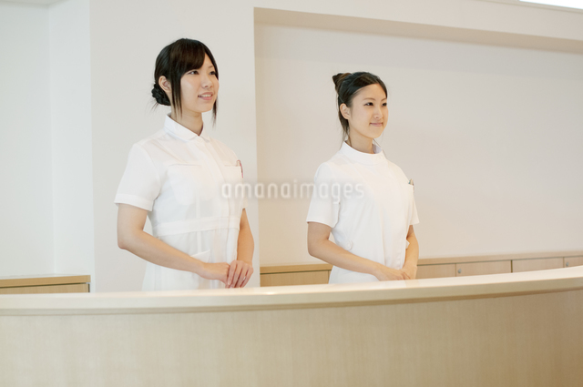 受付で微笑む2人の女性の写真素材 [FYI04543497]