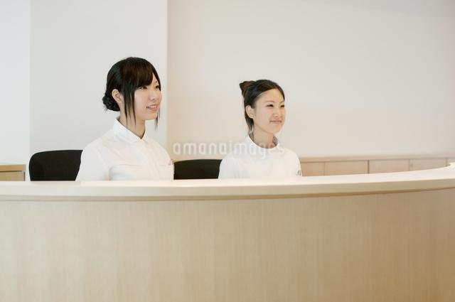 受付で微笑む2人の女性の写真素材 [FYI04543498]