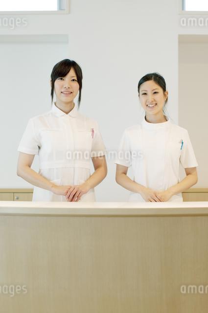 受付で微笑む2人の女性の写真素材 [FYI04543500]