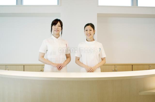 受付で微笑む2人の女性の写真素材 [FYI04543502]