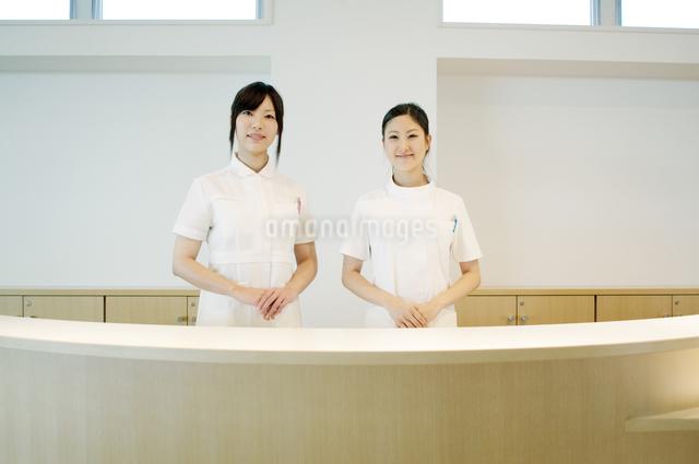 受付で微笑む2人の女性の写真素材 [FYI04543503]