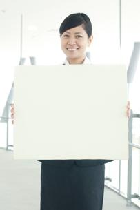 メッセージボードを持つビジネスウーマンの写真素材 [FYI04543515]