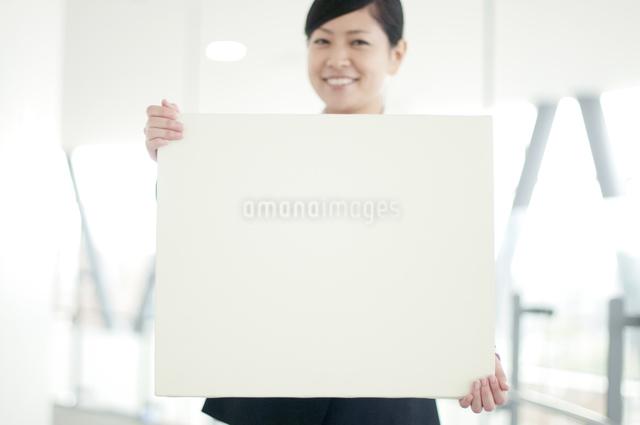 メッセージボードを持つビジネスウーマンの写真素材 [FYI04543516]
