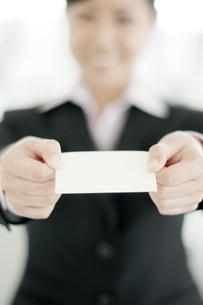 名刺を差し出すビジネスウーマンの写真素材 [FYI04543517]