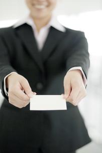 名刺を差し出すビジネスウーマンの写真素材 [FYI04543518]