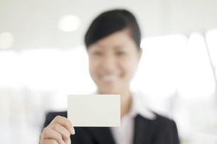 名刺を差し出すビジネスウーマンの写真素材 [FYI04543519]