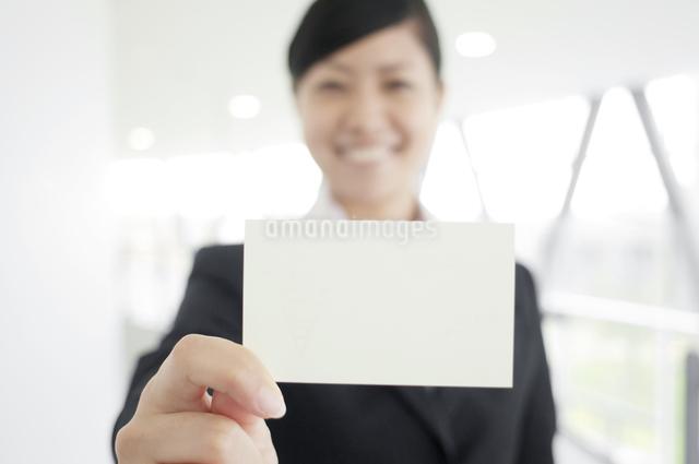名刺を差し出すビジネスウーマンの写真素材 [FYI04543520]