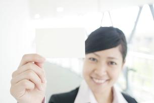 名刺を差し出すビジネスウーマンの写真素材 [FYI04543522]
