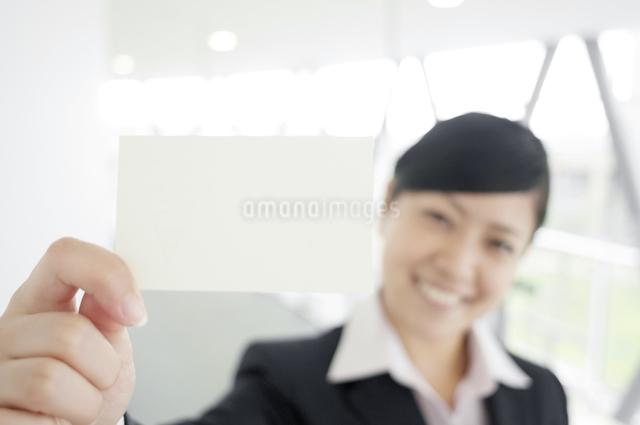 名刺を差し出すビジネスウーマンの写真素材 [FYI04543523]