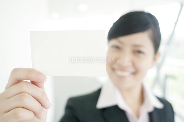 名刺を差し出すビジネスウーマンの写真素材 [FYI04543525]