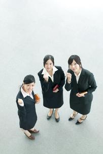 ガッツポーズをする3人のビジネスウーマンの写真素材 [FYI04543563]