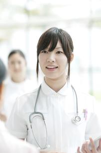 打合せをする看護師の写真素材 [FYI04543612]