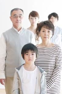 3世代家族のポートレートの写真素材 [FYI04543620]