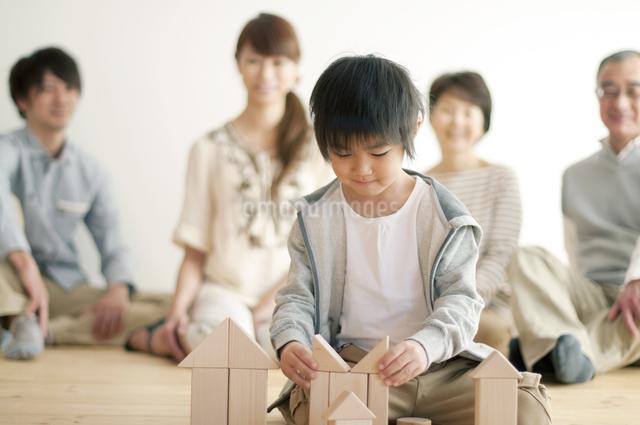 積み木で遊ぶ男の子と家族の写真素材 [FYI04543633]
