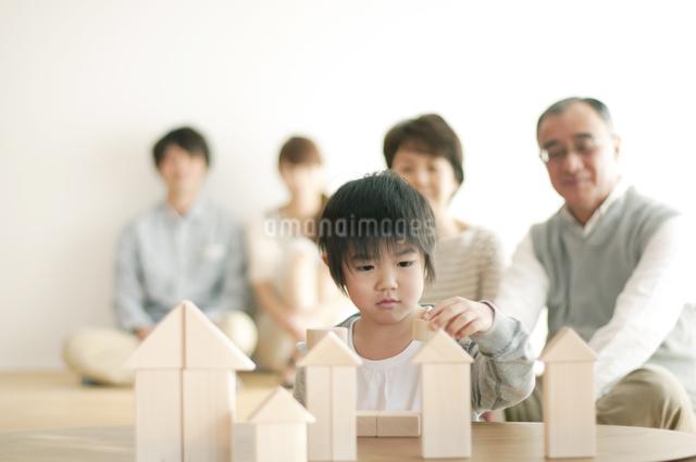 積み木で遊ぶ男の子と家族の写真素材 [FYI04543634]