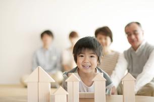 積み木で遊ぶ男の子と家族の写真素材 [FYI04543636]