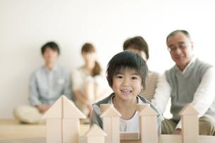 積み木で遊ぶ男の子と家族の写真素材 [FYI04543637]