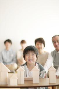 積み木で遊ぶ男の子と家族の写真素材 [FYI04543638]