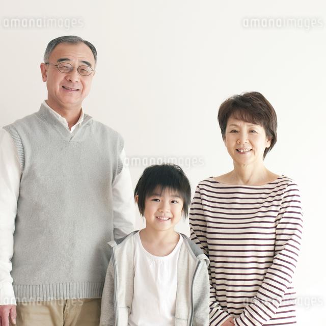 孫と祖父母のポートレートの写真素材 [FYI04543646]