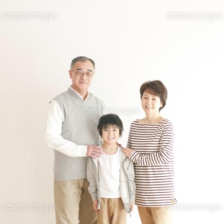 孫と祖父母のポートレートの写真素材 [FYI04543647]
