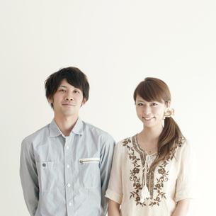 微笑むカップルのポートレートの写真素材 [FYI04543658]