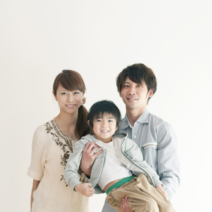 子供を抱き微笑む両親の写真素材 [FYI04543660]