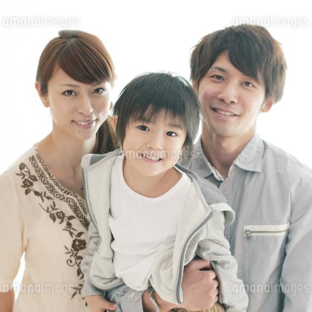 子供を抱き微笑む両親の写真素材 [FYI04543665]