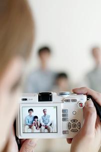 家族の写真を撮る母親の手元の写真素材 [FYI04543684]