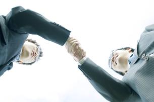 握手をするビジネスマンの写真素材 [FYI04543718]