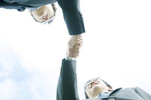 握手をするビジネスマンの写真素材 [FYI04543721]