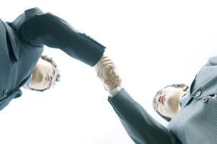 握手をするビジネスマンの写真素材 [FYI04543722]