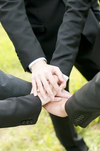 手を合わせるビジネスマンとビジネスウーマンの手元の写真素材 [FYI04543725]
