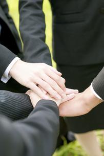手を合わせるビジネスマンとビジネスウーマンの手元の写真素材 [FYI04543730]