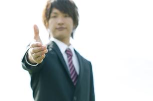 手を差し出すビジネスマンの写真素材 [FYI04543734]