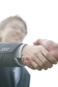 握手をするビジネスマンの手元の写真素材 [FYI04543736]