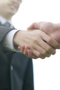 握手をするビジネスマンの手元の写真素材 [FYI04543737]